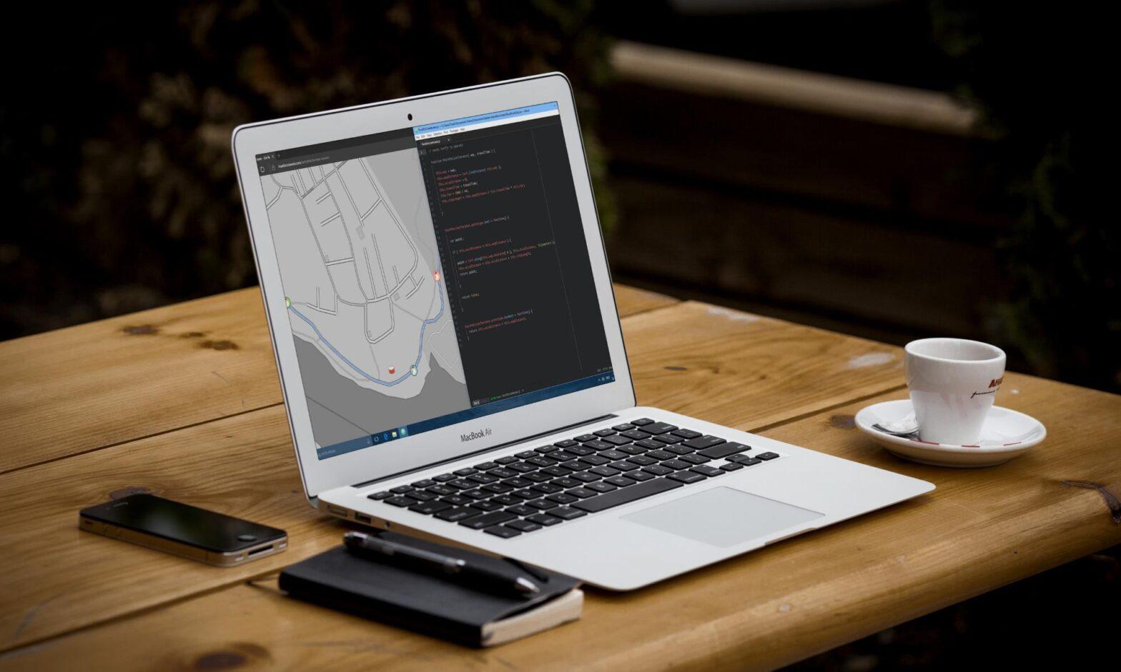 Macbook mit Atom Editor und Karte im Edge-Browser