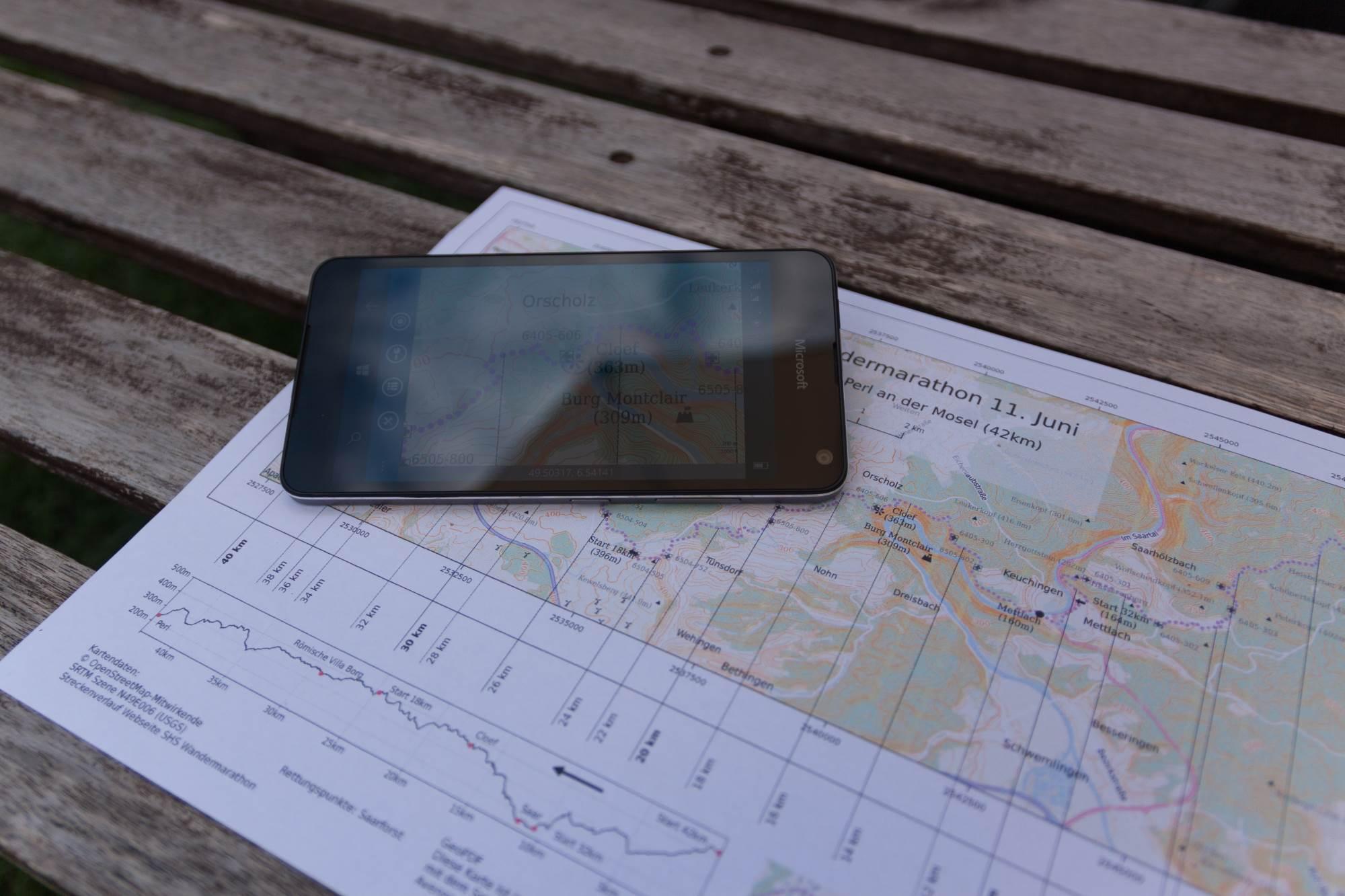 Karte auf Papier und auf Smartphone