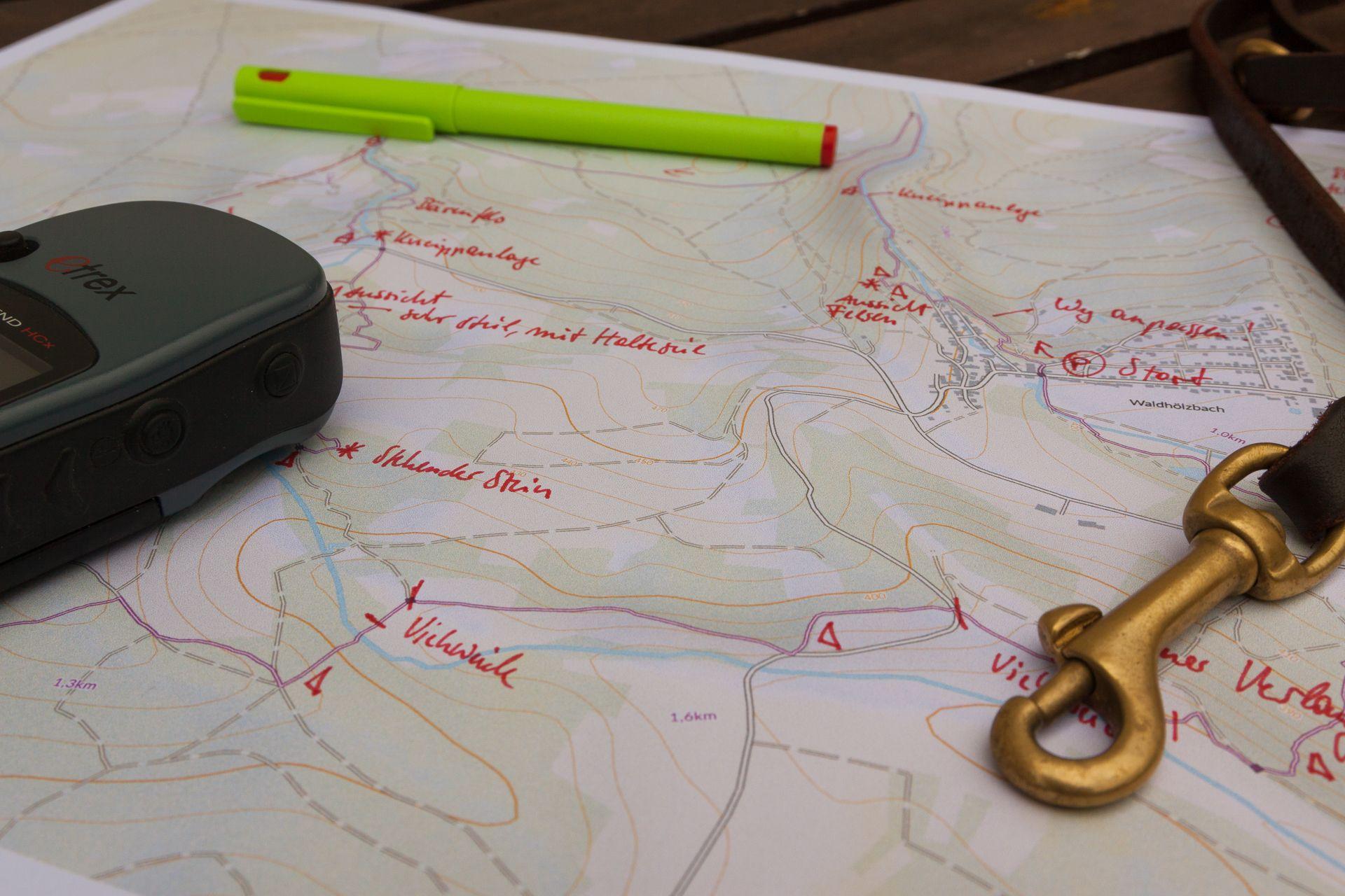 Kartierung Wanderkarte Felsenweg - Arrangement mit GPS, Stift und Hundeleine